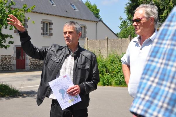 Jean-Christophe Bénis, maire de Bazouges-sous-Hédé, lors de la visite de l'écolotissement. Photo Gwendal Le Ménahèze