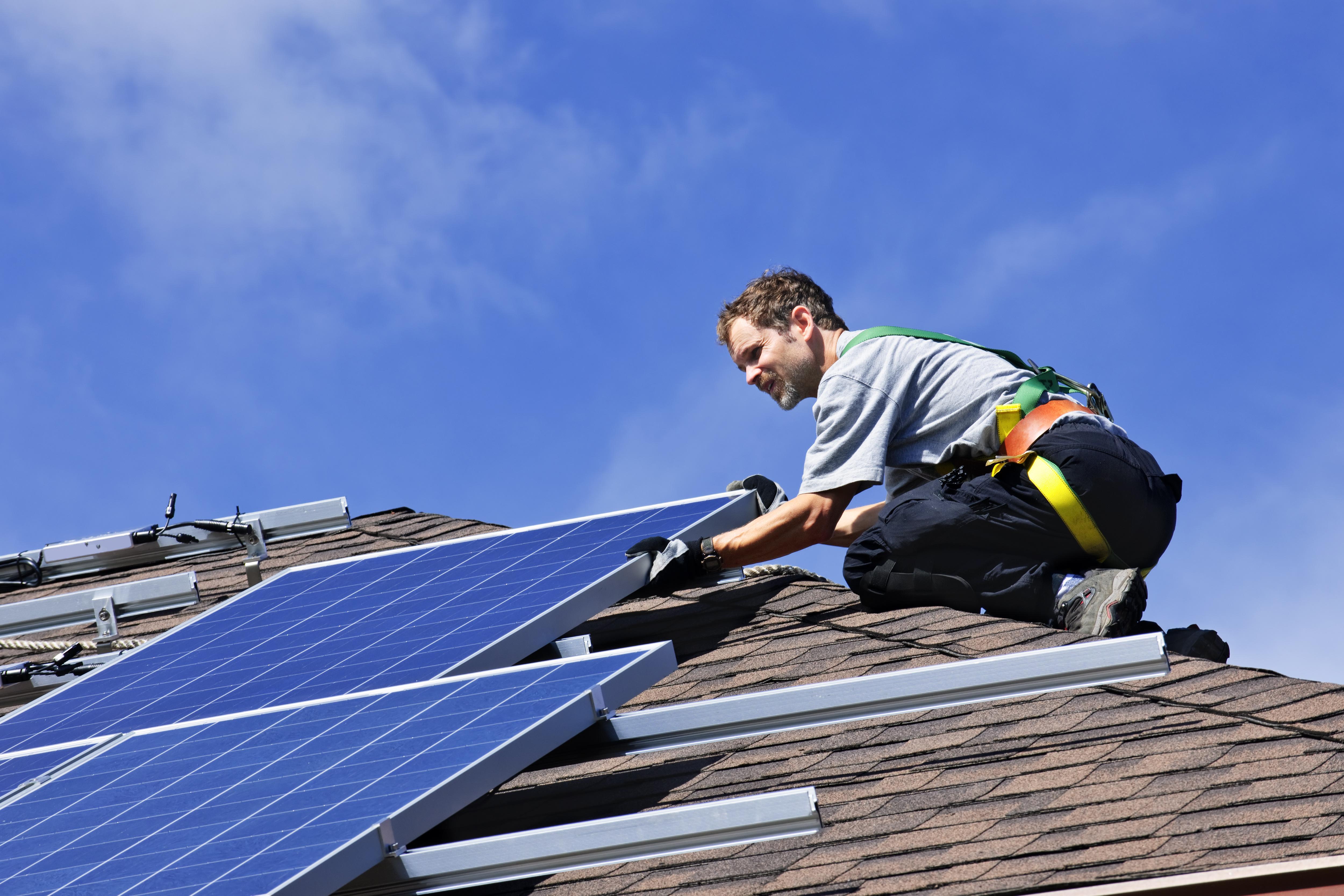 Le décret doit favoriser l'autoconsommation de l'électricité renouvelable produite sur place, notamment l'énergie issue de panneaux solaires photovoltaïques. crédit Fotolia