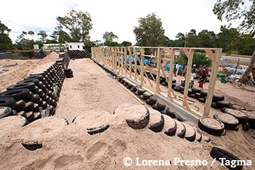 construction de l'earthship autonome avec des murs en pneus récupérés