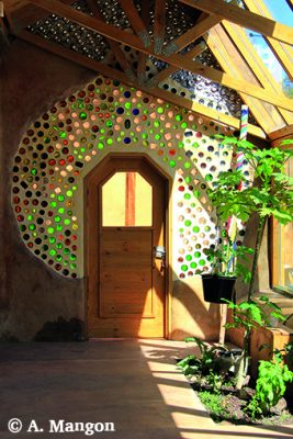 Décoration et isolation en bouteilles de verres insérées dans les murs