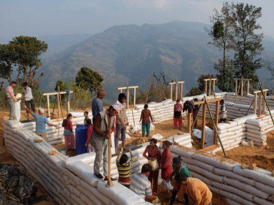 nepal chantier construction ecole en earthbags