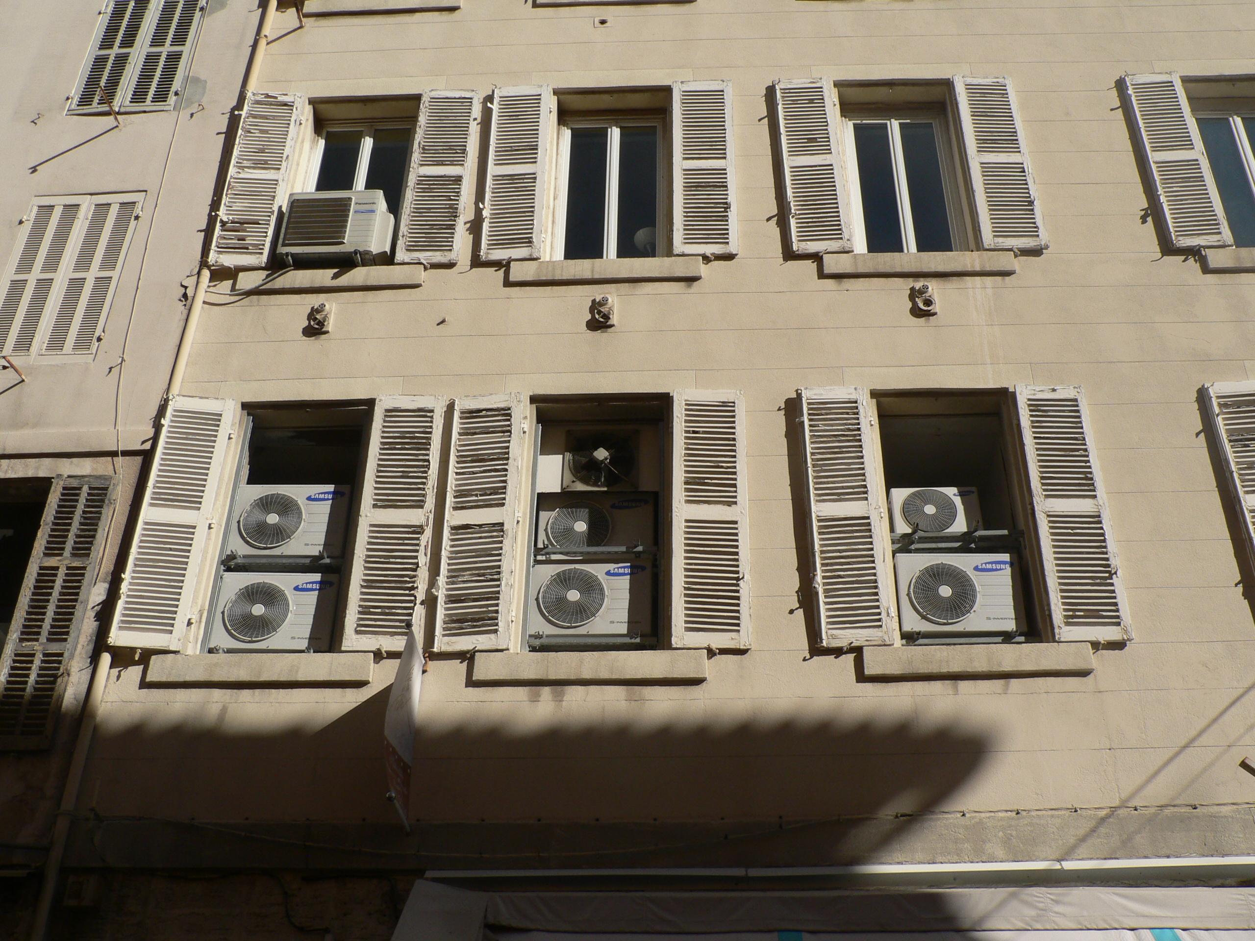 Climatiseurs aux fenêtres de Marseille.